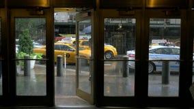 Um tiro da chuva fora de uma construção em New York City filme