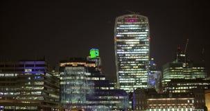 Um tiro da skyline de Londres na noite vídeos de arquivo