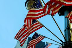 Um tiro de bandeiras dos E.U. no memorial com céu azul, nuvens, Imagens de Stock