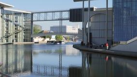 Um tiro de um barco que passa a construção do governo federal filme