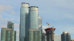 Um tiro de construções altas da elevação em Toronto do centro, Canadá filme
