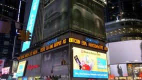Um tiro de exposições iluminadas da propaganda no Times Square video estoque