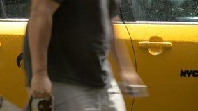 Um tiro de sair do homem de um táxi em New York video estoque