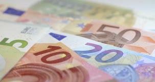 Um tiro de seguimento através das notas do Euro filme