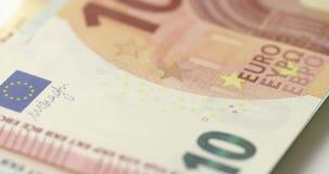 Um tiro de seguimento macro lento através de uma pilha de notas do Euro filme