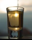 Um tiro de uma bebida do álcool que está sendo bebida Imagem de Stock Royalty Free