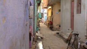 Um tiro de uma rua estreita na Índia urbana video estoque