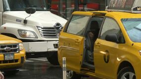 Um tiro de uma senhora que obtém em um táxi na chuva em New York filme