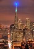 Um tiro do distrito financeiro em San Francisco. Os edifícios são iluminados acima para o Natal. Louro Bridg imagens de stock
