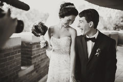 Um tiro do operador cinematográfico um par de sorriso do casamento Foto de Stock