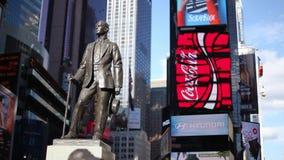 Um tiro estático da estátua de George M Cohan no Times Square video estoque