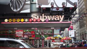 Um tiro estático do sinal do metro esquadra às vezes vídeos de arquivo