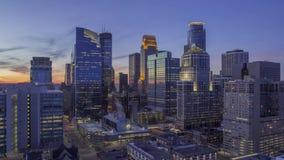 Um tiro largo alto do ângulo da arquitetura da cidade do centro de Minneapolis que ilumina durante 4K crepuscular UHD Timelapse filme