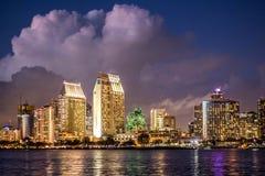 Um tiro largo de uma cidade urbana na noite fotos de stock royalty free