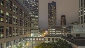 Um tiro largo do ângulo do tráfego longo da exposição que passa através de St Paul do centro na noite 4K Timelapse vídeos de arquivo