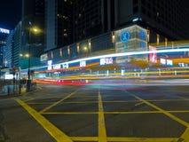 Um tiro longo da exposição da interseção da estrada de Salisbúria com Nathan Road em Hong Kong imagens de stock
