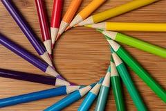 Um tiro macro Sharpened coloriu lápis em uma pancadinha da espiral do redemoinho Fotografia de Stock Royalty Free