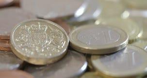 Um tiro que gira em torno dos euro e das libras video estoque