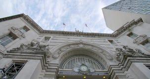 Um tiro que olha acima na estação de Waterloo com as nuvens que movem-se sobre a parte superior video estoque