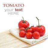 Um tomate na placa de desbastamento foto de stock royalty free