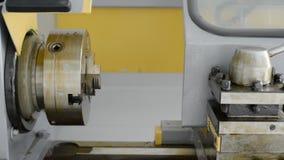 Um torno novo que não fosse dentro uso Lathe o suporte do mandril e de ferramenta na graxa protetora da fábrica video estoque