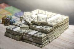 Um total de centenas de dólares Apostar é uma aposta para acionistas O conceito de jogo Os homens de negócios estão jogando nos c fotografia de stock royalty free