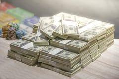 Um total de centenas de dólares Apostar é uma aposta para acionistas O conceito de jogo Os homens de negócios estão jogando nos c fotos de stock