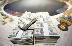 Um total de centenas de dólares Apostar é uma aposta para acionistas O conceito de jogo Os homens de negócios estão jogando nos c foto de stock royalty free