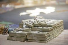 Um total de centenas de d?lares Apostar ? uma aposta para acionistas O conceito de jogo Os homens de neg?cios est?o jogando nos c foto de stock royalty free