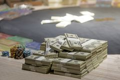 Um total de centenas de d?lares Apostar ? uma aposta para acionistas O conceito de jogo Os homens de neg?cios est?o jogando nos c fotos de stock royalty free