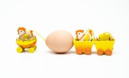Uma galinha que reboca um ovo com sua família fotografia de stock