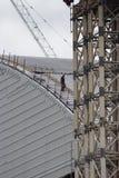 Um trabalhador anda abaixo do abrigo novo da retenção em Chernob Imagens de Stock Royalty Free