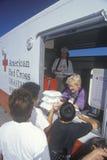 Um trabalhador da cruz vermelha que distribui refeições imagens de stock