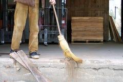 Um trabalhador da limpeza fotografia de stock royalty free