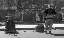 Um trabalhador da rede de estradas que senta-se até a uma letra do divertimento na fotografia da rua em Bourgas/Bulgária/04 26 20 Foto de Stock