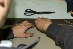 Um trabalhador masculino faz o descascamento de um couro genuíno de imagens de stock royalty free