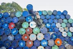 Um trabalhador organiza tambores em áreas de Sadarghat dos rios de Karnafuli, Chittagong, Bangladesh Foto de Stock Royalty Free