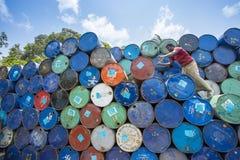 Um trabalhador organiza tambores em áreas de Sadarghat dos rios de Karnafuli, Chittagong, Bangladesh Fotos de Stock Royalty Free