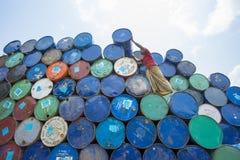Um trabalhador organiza tambores em áreas de Sadarghat dos rios de Karnafuli, Chittagong, Bangladesh Fotografia de Stock