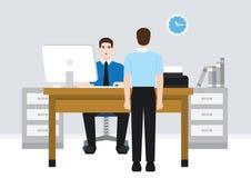 Um trabalhador que fala com seu colega de trabalho Imagem de Stock Royalty Free
