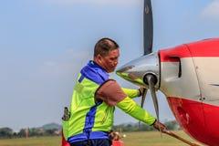Um trabalhador que puxa um avião Imagem de Stock