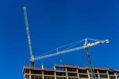 Um trabalho da construção do arranha-céus com céus claros Imagens de Stock