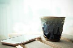 Um tradicional handcraft a cerâmica cerâmica japonesa contra a tecnologia moderna com influência do vintage imagens de stock