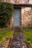 Um trajeto do jardim que conduz a uma porta em um jardim murado imagem de stock royalty free