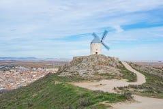 Um trajeto e um monte com o moinho de vento branco velho em um ponto de vista perto de Consuegra Foto de Stock