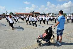 Um transeunte está observando o flashmob de Paphos da dança do hasapiko imagens de stock royalty free