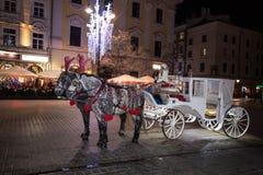 Um transporte com cavalos Quadrado do Natal krakow celebration Noite justa Festa da aproximação imagem de stock