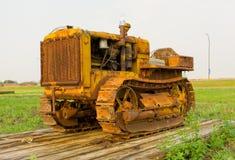 Um trator antigo em trilhas em um museu agrícola em Saskatchewan imagem de stock royalty free