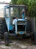 Um trator azul velho completamente da oxidação estacionada em algum lugar na ilha sul em Nova Zelândia imagem de stock royalty free