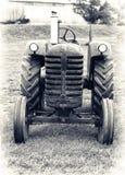 Um trator de exploração agrícola velho - tonificado levemente imagens de stock